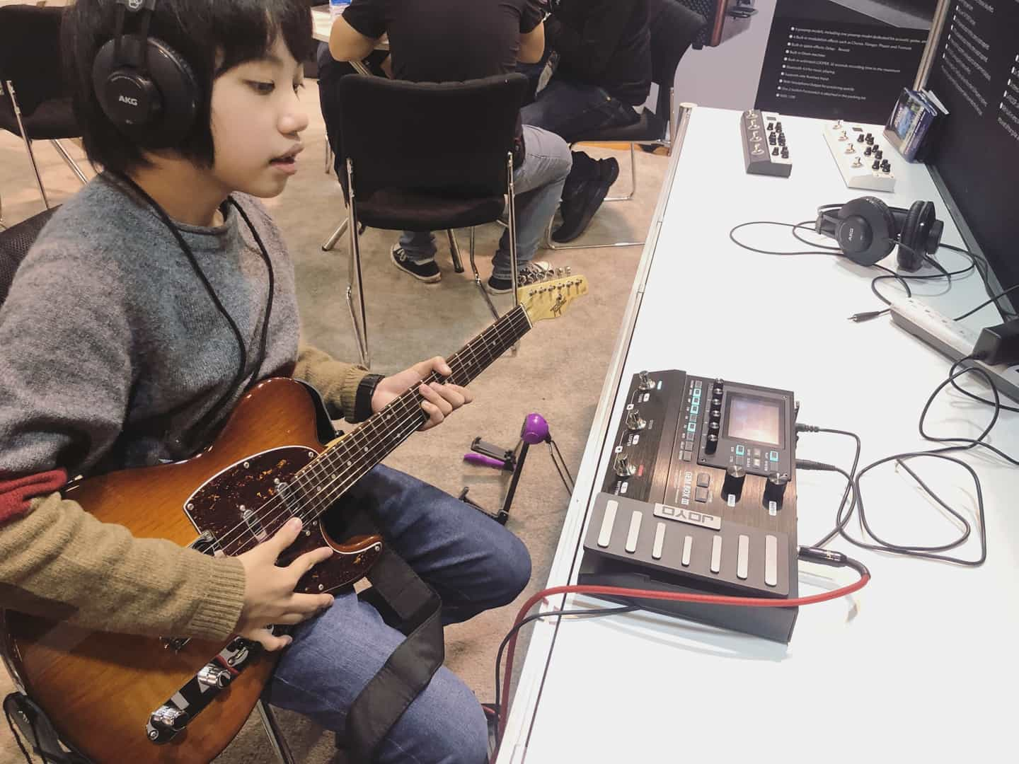 @feng_e_ukulele  trying Gem Box III at JOYO's booth